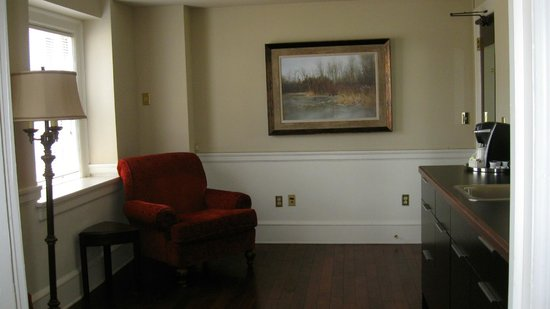Hotel 340: Artwork and suite sitting area