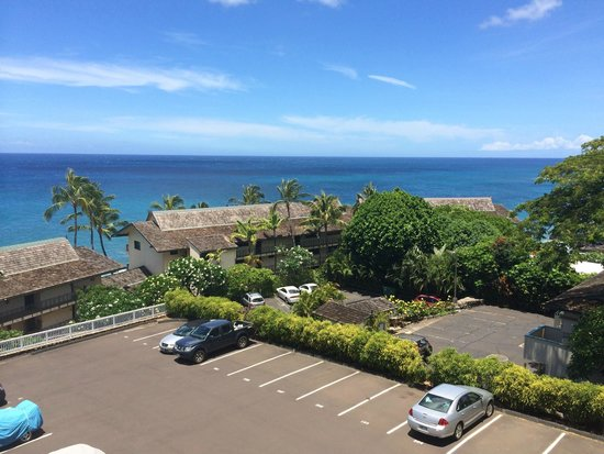 Sunset Kahili Condos: Parking lot view from the lanai