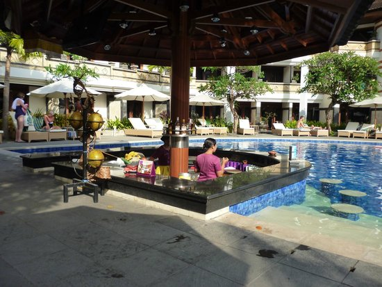 Grand Inna Kuta : Pool Bar in the front section of the hotel