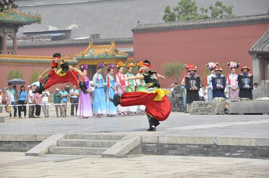 Shenyang Imperial Palace (Gu Gong): Dancing