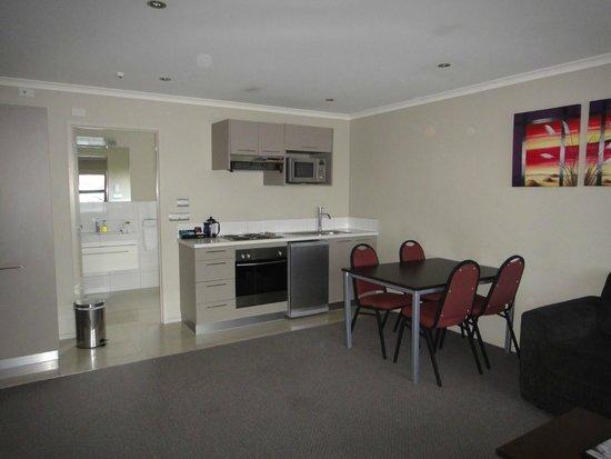 Amity Court Motel : dining/kitchen