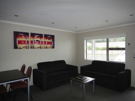 Amity Court Motel : living area