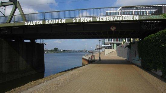 Steigenberger Hotel Bremen: Weserpromenade Richtung Hotel