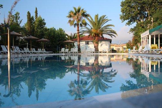 Koulouris Beach Hotel: Pool area