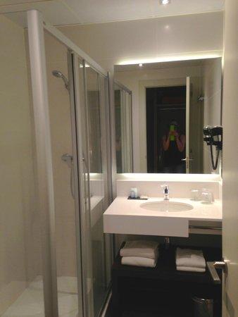 Hotel Arc La Rambla : ванная комната всегда была стерильна