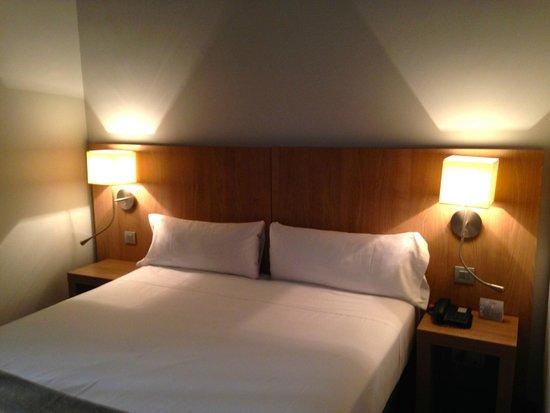 Hotel Arc La Rambla: Двуспальная кровать из двух односпальных не портит впечатления