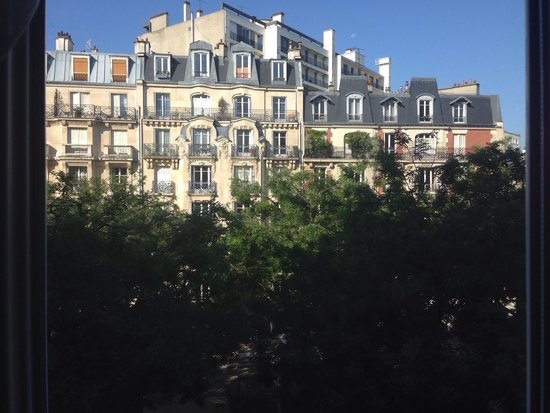 Hotel du Printemps : View out of our 3rd floor, two twin bed room.