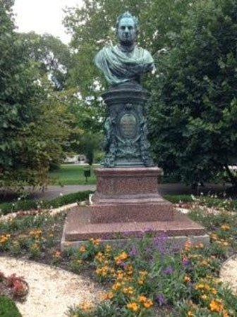 Stadtpark: statue in park