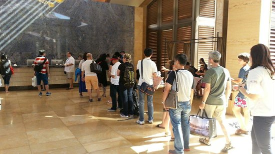 Mulia Resort: Long line and waiting...