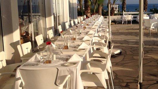Akti Beach Village Resort: prèparation des tables pour le diner du soir