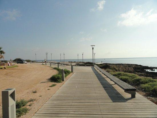 Vrissiana Beach Hotel: Boardwalk