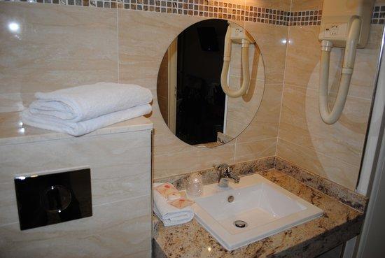 Hotel Parisien Nice: ванная