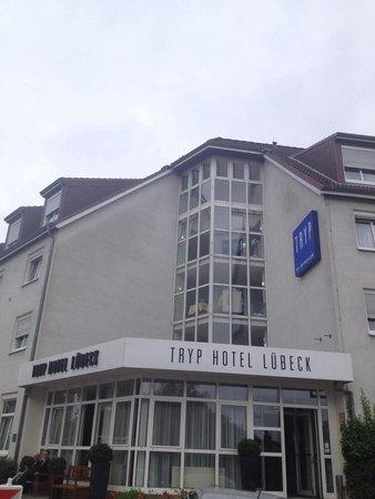TRYP by Wyndham Luebeck Aquamarin: Façade de l'hôtel.