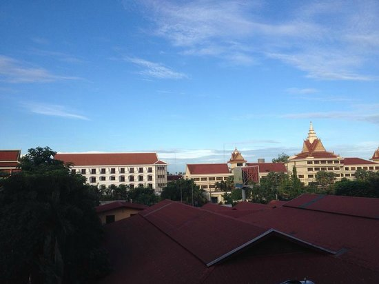 Royal Empire Hotel : View from the balcony. There's a small market beside the hotel too (see red roof at the bottom )