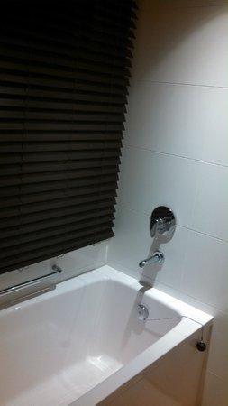 THE GATE HOTEL Asakusa Kaminarimon by HULIC: Our corner room shower had a window
