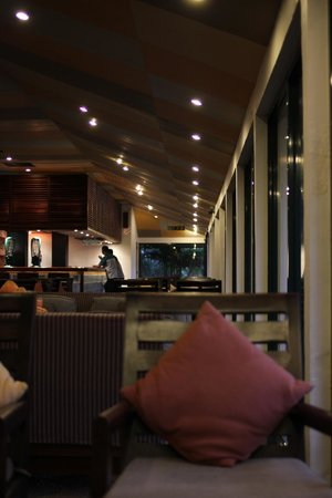 Bentota Beach by Cinnamon: Bar/lounge
