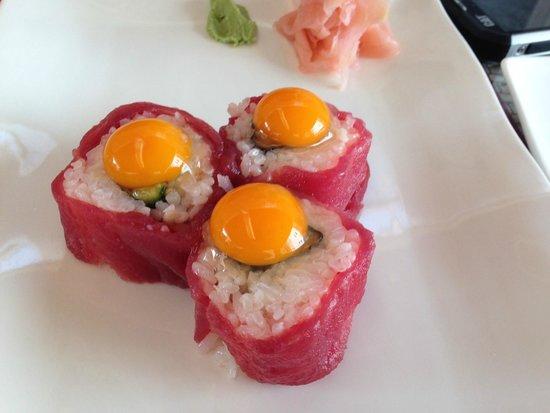 Oyster & Sushi Bar Bota: オリジナルメニュー・鮪の生卵乗せ