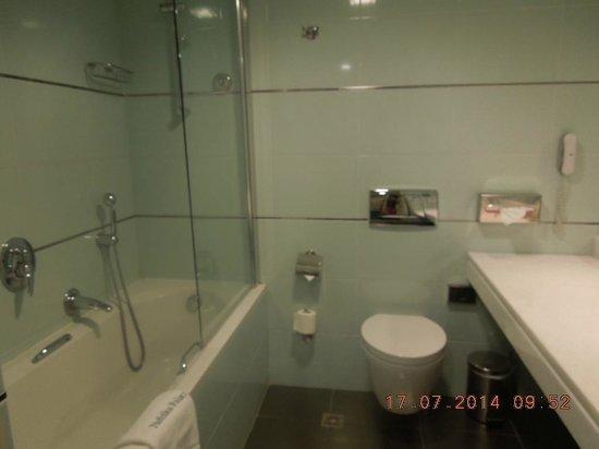 Nafsika Palace: bathroom