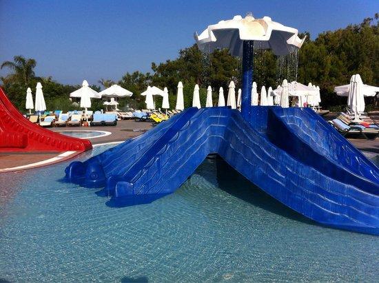 Sueno Hotels Beach Side: Детский бассейн. Три горки разной высоты и глубина 35 см