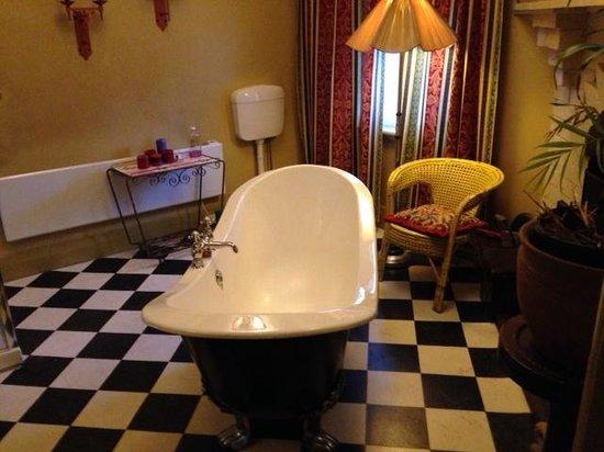 Radio Springs Hotel: The bathroom in Room 1