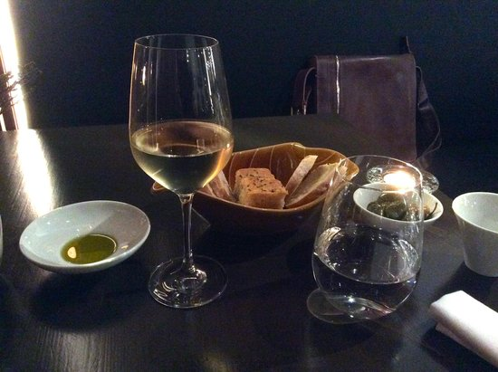 Pedro e o Lobo: Waiting for food, with bread, oil and wine