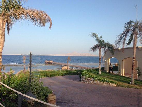 Cleopatra Luxury Resort: Walk to beach