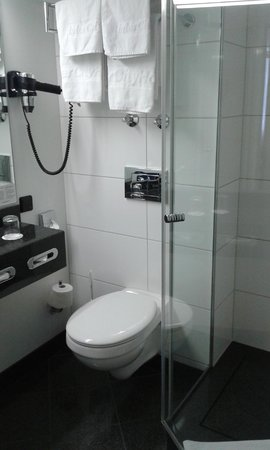 InterCityHotel Freiburg: baño limpio y buen tamaño