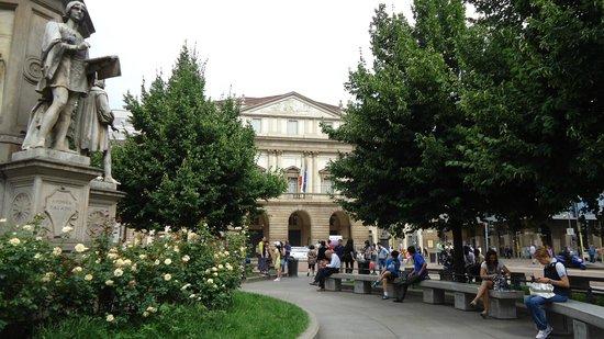 Piazza della Scala: сквер