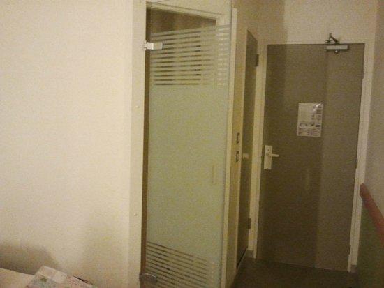 ibis budget Paris Porte de Montmartre: Eingangsbereich, Dusche