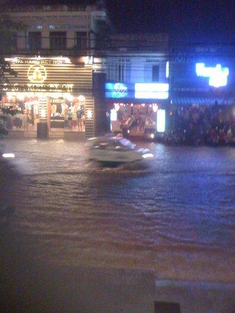 Hanoi Golden 3 Hotel : A spot of rain!!