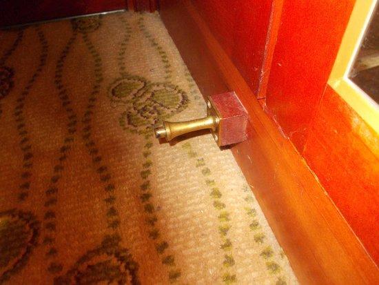 Renaissance Brussels Hotel: butoir de porte dangereux sous penderie