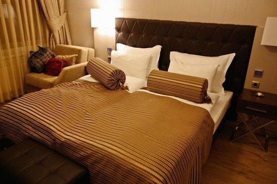 Hotel Vier Jahreszeiten Berlin City: Bed