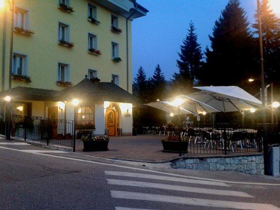 Hotel Vittoria: Ingresso Hotel con nuovi tavolini all'aperto