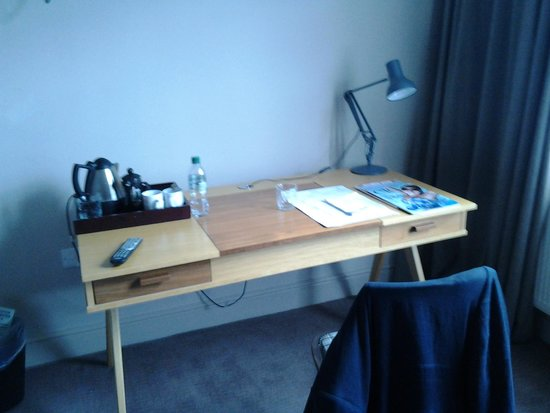 No.5 Bridge Street: Desk with tea and coffee making facilities