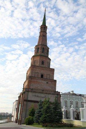 Leaning Suyumbike Tower: Поближе