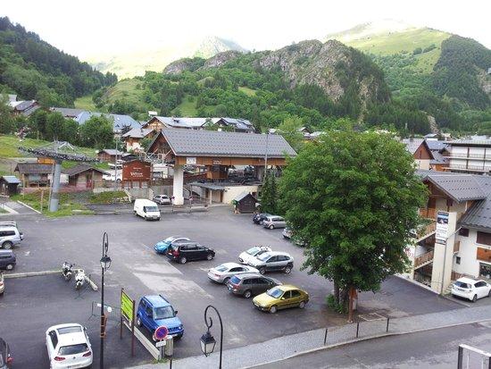 Grand Hotel de Valloire et du Galibier : vue sur le parking et le départ des oeufs