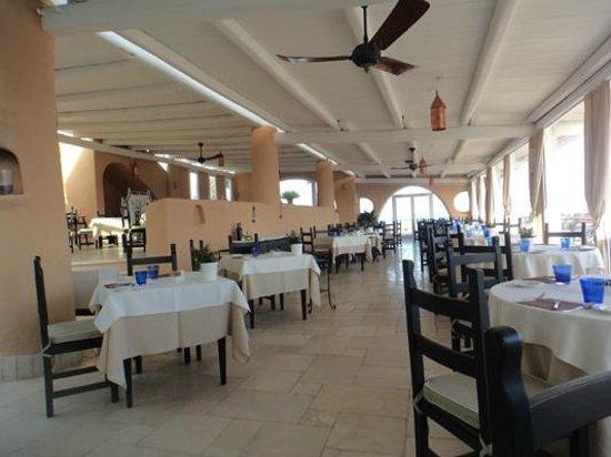 Therasia Resort: La sala della colazione e di uno dei ristoranti