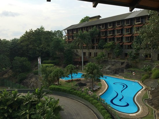 Earl's Regency: Pool and accommodation wing from main hotel