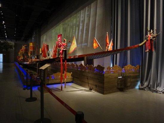 Guangdong Museum : Dragon boat