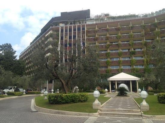 Rome Cavalieri, Waldorf Astoria Hotels & Resorts : street & entrance view