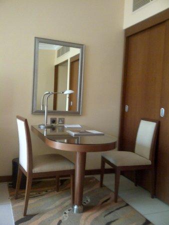 Al Rawda Arjaan by Rotana : Working Table