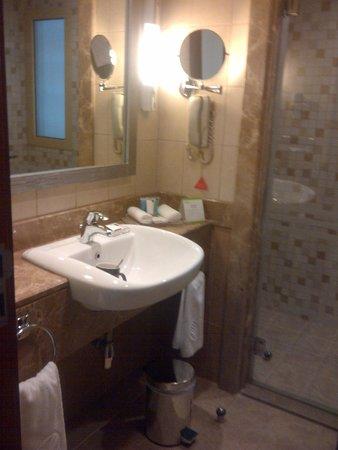 Al Rawda Arjaan by Rotana : Bathroom, wash basin..
