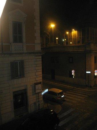 Hotel Italia: Mirando hacia la derecha, por la calle del fondo es por donde se llega desde la estación de bus