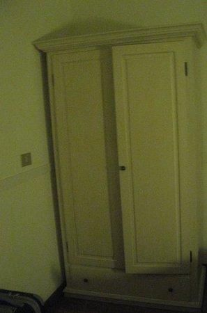 Hotel Italia: Armario, pequeño, pero suficiente.