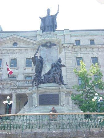BEST WESTERN PLUS City Centre/Centre-Ville : Statue de François de Laval