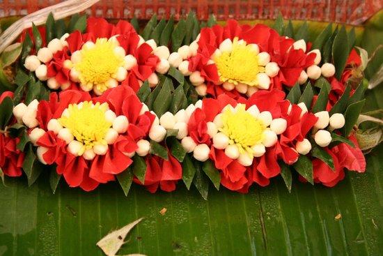 "Pak Khlong Talat (Flower Market): gorgeous creations ""stitched together"""