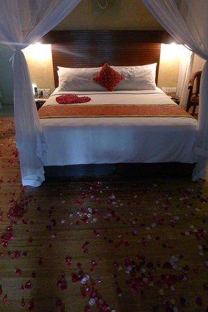 The Villas Bali Hotel & Spa: Flowers in the room on arrival