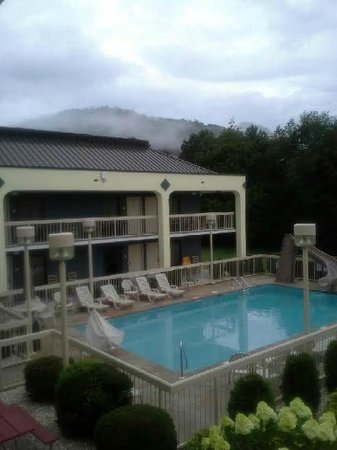 Best Western Cades Cove Inn: The charm of the location and the pool