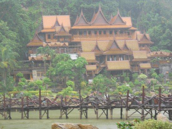 Ban Rai, Thailand: วัดถ้ำเขาวง หมู่เรือนไทยตามชง่อนเขา