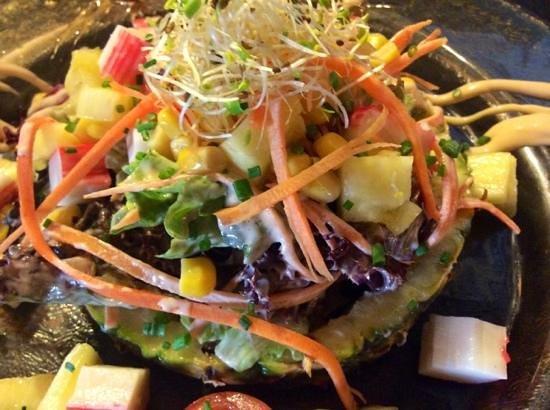 El Pati: ensalada tropical sobre corona de piña